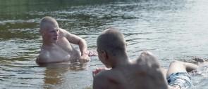 tvillinger som ligger i vannet